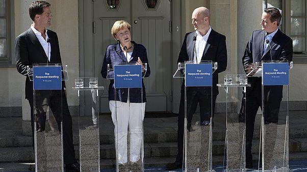 """Merkel não """"abandona"""" Juncker, apesar da pressão vinda """"do norte"""""""