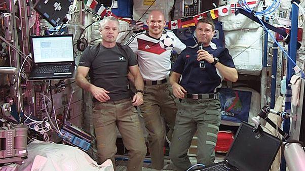 Οι αστροναύτες βλέπουν μουντιάλ στο διάστημα και...παίζουν μπάλα!