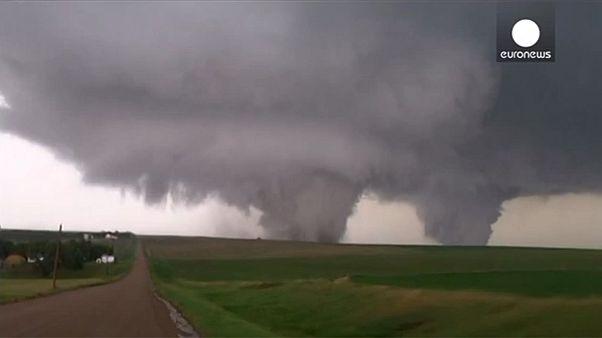 Le eccezionali immagini di due tornado che devastano il Nebraska