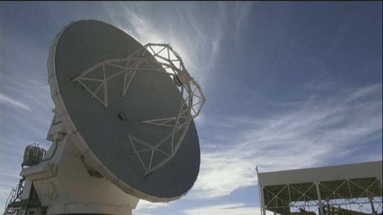 Les paraboles l'Alma écoutent les origines de l'univers