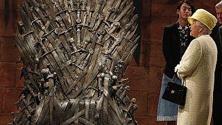 La reina Isabel II frente al trono de Juego de Tronos