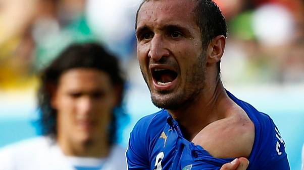 World Cup 2014: Uruguay through after downing 10-man Italy
