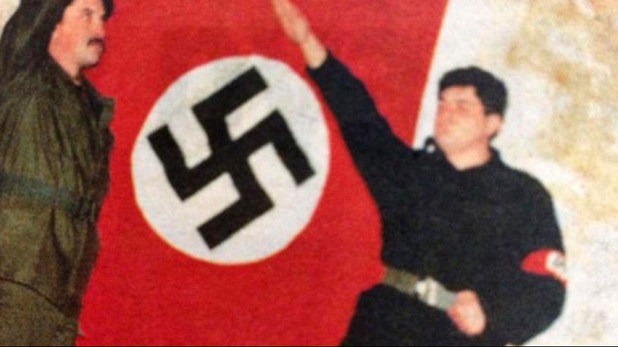 صور لقادة في حزب الفجر الذهبي أمام الصليب المعقوف ويؤدون التحية النازية