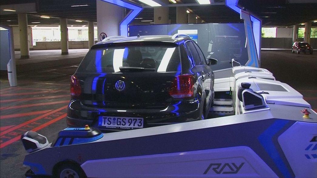 Düsseldorf hava limanında robot valeler iş başında