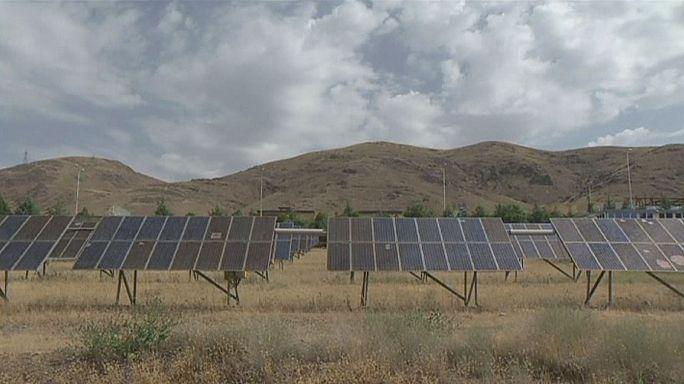 Солнечные батареи и деревенский ландшафт - символы прогресса