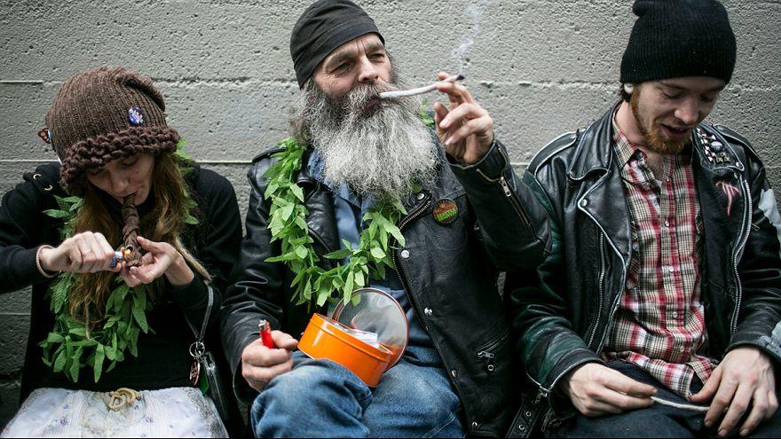 Öffentliches Schlangestehen für Marihuana