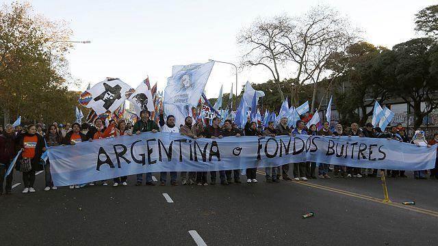 Akbaba fonlar Arjantin üzerinde dönüyor