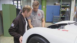 Gros plan sur un nouveau prototype de voiture électrique et un scanner 3D intelligent