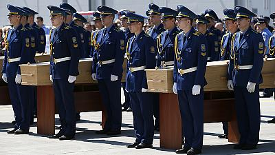 MH17: First bodies are flown to the Netherlands while investigators search for further remains
