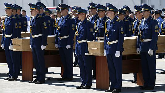 MH17: First bodies flown to the Netherlands as investigators search for further remains