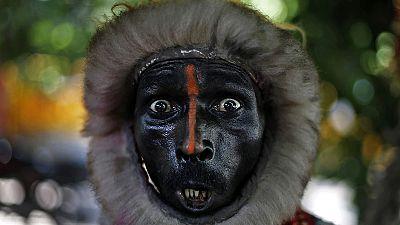 """India, uomini """"langur"""" assunti per spaventare i macachi dispettosi dei palazzi del governo"""