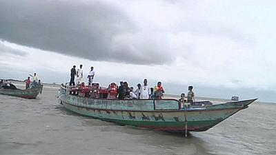 Bangladesh: ferry carrying hundreds capsizes