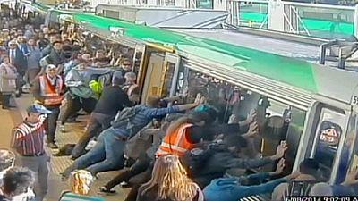 Sorprendente rescate solidario en el metro de Perth