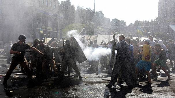 Kyiv: Maidan activists clash with city workers