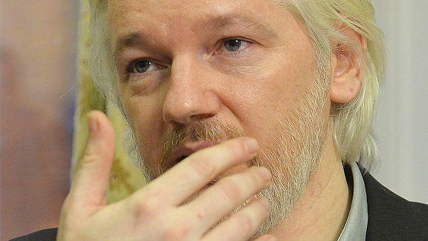 Julian Assange sığındığı büyükelçiliği terkediyor
