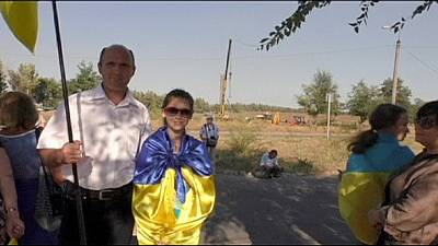 Mariupol residents form human chain amid rebel threat