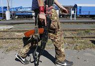 Ukrainian troops lose ground against rebel advances