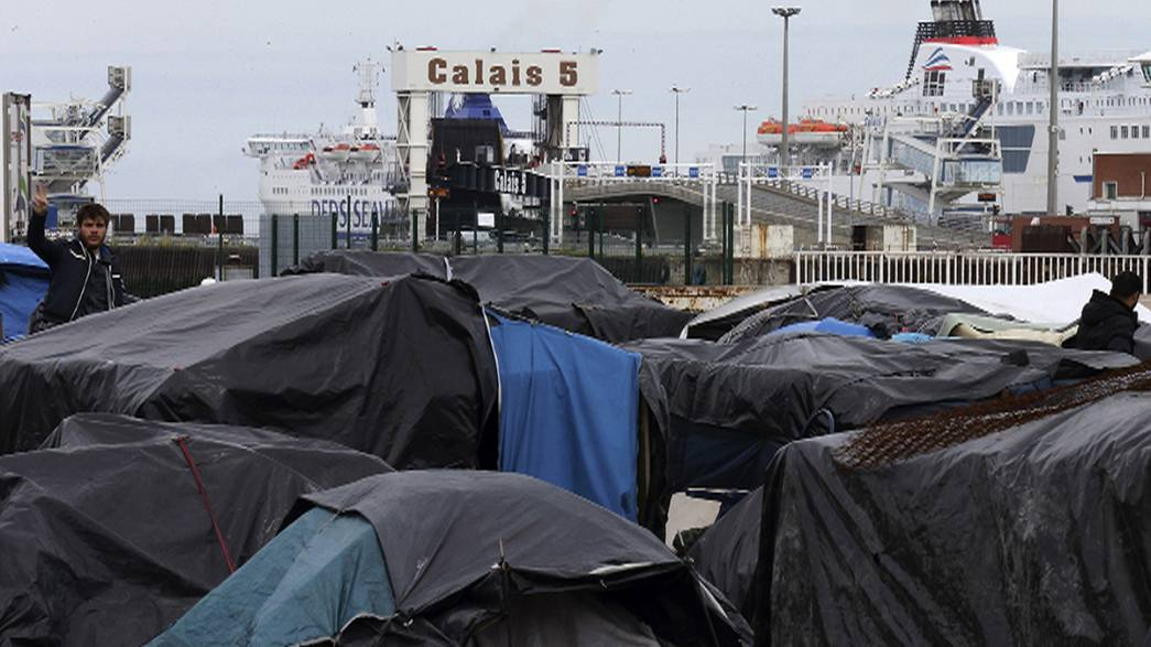 Calais migrants attempt to force their way on to ferry