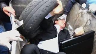 [Video] Un diputado ucraniano lanzado a un contenedor de basura