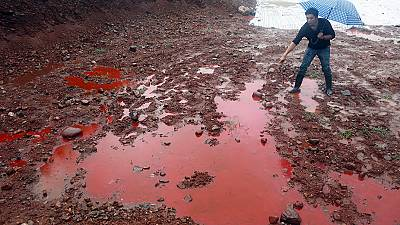 Giftiges, rotes Wasser in China