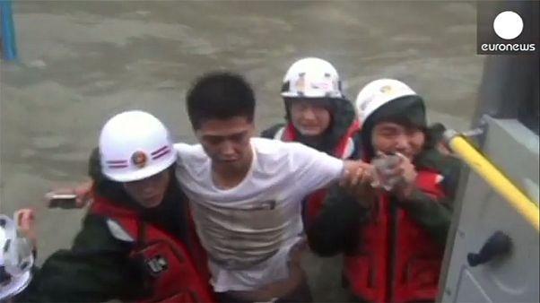 Βίντεο: Στο έλεος του τυφώνα Καλμαετζί η νότια Κίνα