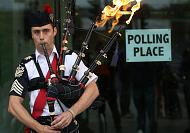 Big guns vote in Scottish referendum with result in the balance