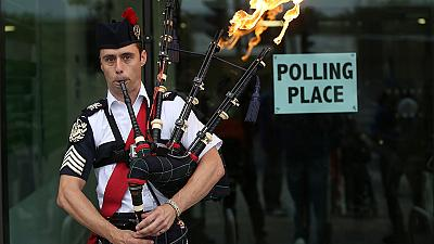 Big guns vote in Scottish referendum with result in the balance