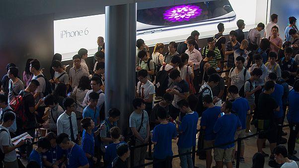 Поклонники Apple выстраиваются в очереди за  iPhone 6