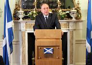 Salmond quits after Scots vote to stay in UK