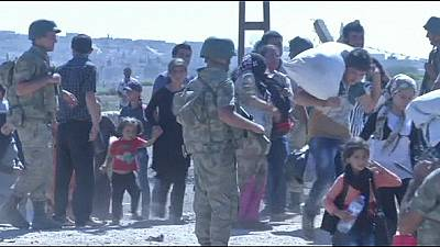 Thousands of refugees arrive in Turkey as Islamic State militants advance