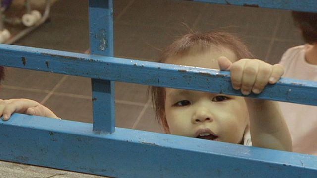 معاناة وعقبات تبني الأطفال