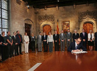 Thumbnail for Catalan President Artur Mas signs decree authorising independence referendum