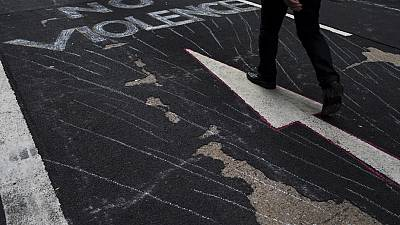"""""""No violence"""": Hong Kong protests continue"""