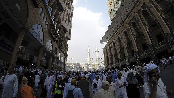 الصور التي يلتقطها الحجاج لأنفسهم بهواتفهم الذكية محط جدل في مكة المكرمة