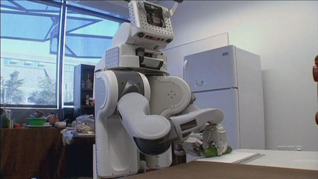 Roboter, die Gurken schneiden und aus dem Bett helfen