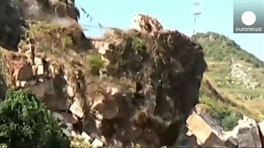 [Vídeo] Avalancha de rocas gigantes en una carretera de China