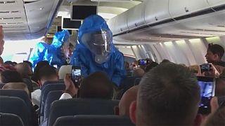Американец вызвал панику на борту самолета, пошутив, что заразился Эболой