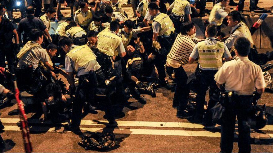 Videos von brutaler Polizeigewalt - Aufschrei in Hongkong