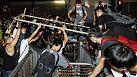 Hong Kong'da göstericilerle yetkililer bir araya geliyor