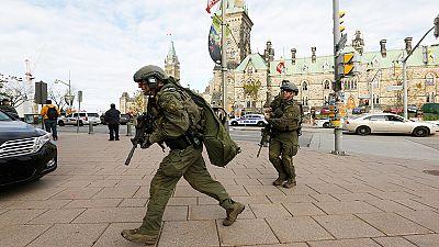 Hombre hiere en tiroteo a un soldado canadiense en Ottawa frente al monumento nacional de los caídos y huye hacia el Parlamento