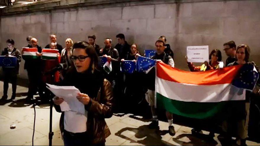 Spontán tüntetés a netadó ellen Londonban is