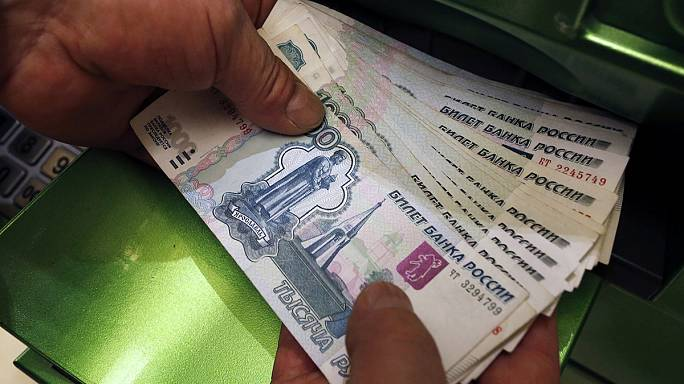 Банк России уронил рубль: доллар вырос до 45 рублей