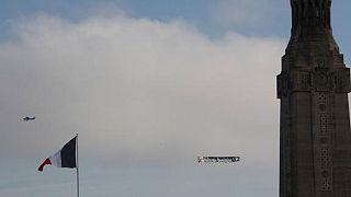 """Un avion avec une banderole """"Hollande démission"""" survole le mémorial de la Notre-Dame-de-Lorette"""