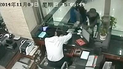 Thief intercepted by armed police in China – nocomment