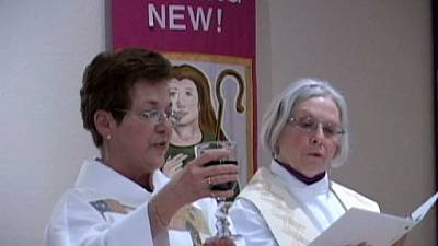 Church of England agrees to women bishops