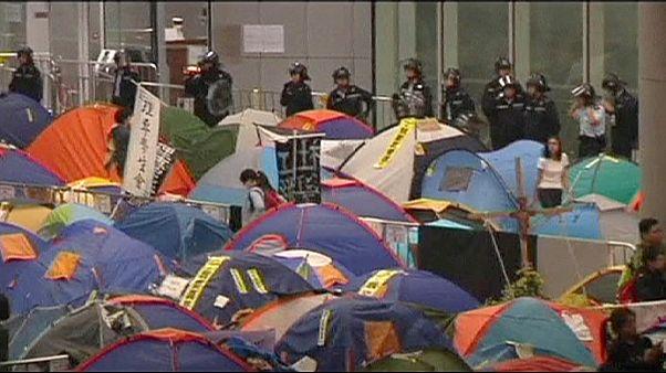 Manifestantes rompen la puerta del Parlamento de Hong Kong