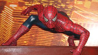 Ετοιμαστείτε να γίνεται.. Spiderman με τα ειδικά γάντια!