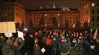 """Presidente checo recebe """"cartão vermelho"""" no aniversário da queda do comunismo"""