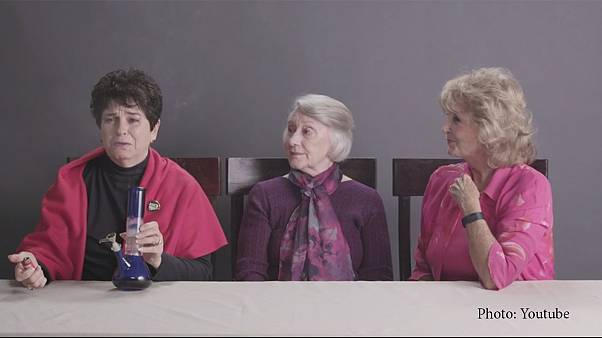 Un video con tres abuelas probando marihuana por primera vez, viral en 24 horas