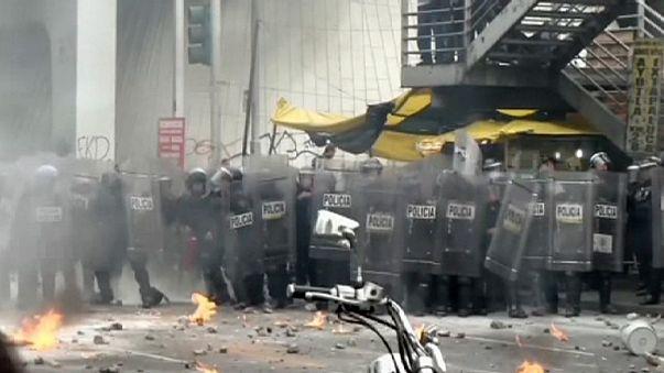 Messico, scontri studenti-polizia attorno all'aeroporto della capitale